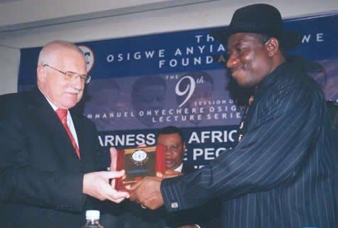 Jonathan a Illuminati Osigwe-Anyim occasione prima di diventare presidente