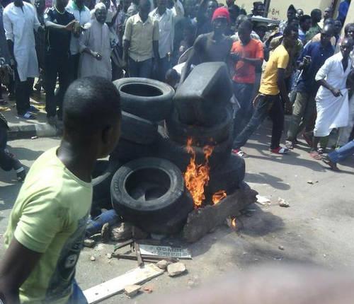 Self defense at Gombe : img: Sahara