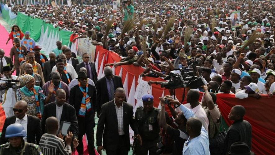 buhari walks through crowd in bayelsa