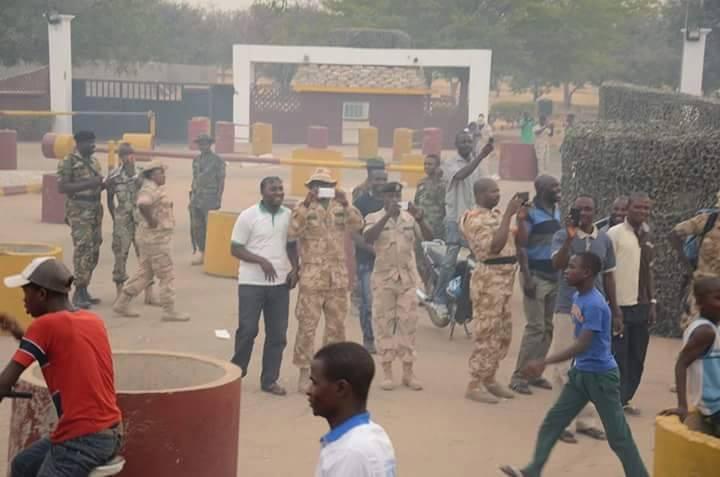 Soldiers take photos of Buhari